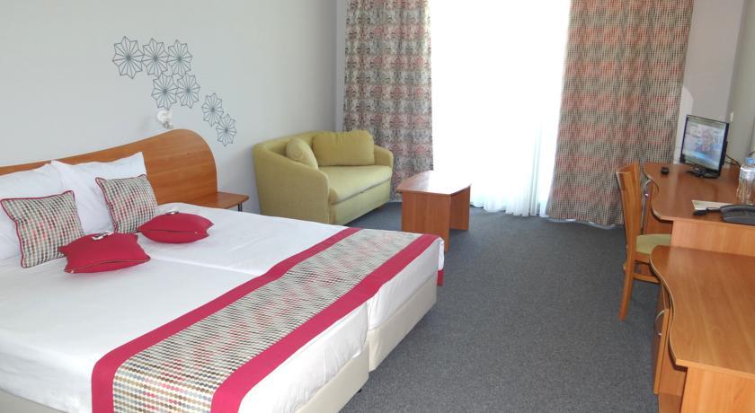 Отель расположен в центре курортного комплекса солнечный берег, в 30 км от аэропорта города бургас, в 150 м oт пляжа